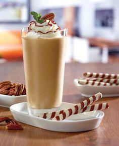 Luego de preparar tu cappuccino bien espeso (o si lo prefieres solo un café con leche), toma una licuadora y agrégale un poco de helado sobor a nuez con dos cucharaditas de dulce de leche. Licúa esa mezcla junto al café y como resultado tendrás esta deliciosa receta.