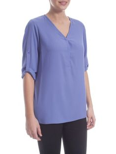 La manica a 3/4 distoglie l'attenzione dall'addome. The 3/4 sleeves drives attention away from your belly