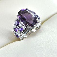 """Bague Haute Joaillerie """"Divine Collection"""" : Améthyste naturelle de 124, 58 carats. Diamants : qualité G / VS,  poids total : 3, 62 carats . Or Blanc ( 750 / 1000 ) : 34, 98 grammes."""