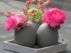 Stoer en romantisch gecombineerd in één tafelstukje. Hard roze ranonkels met een sneeuwballetje. www.Abonneefleur.nl