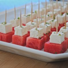 Watermelon feta bites - easy, refreshing summer appetizer that has a wonderful salty-sweet contrast! Snacks Für Party, Appetizers For Party, Appetizer Recipes, One Bite Appetizers, Watermelon And Feta, Watermelon Appetizer, Snacks Saludables, Good Food, Yummy Food