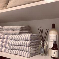 コンパクトなスペースを有効に使い、居心地のいい空間を作り上げているホテルの客室。日々生活するお部屋も、ホテルのようなシンプルでシックなしつらえにしてみませんか。今回は、ホテルスタイルの中心となるベッドルームとバスルームや洗面台の整え方をRoomClipのユーザーさんのアイデアからご紹介します。