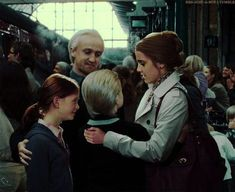 This pic is messing with my mind! I'm a hard core Dramiome shipper and this just makes my heart melt. Harry Potter, Hermione Granger, Draco Malfoy family at King's Cross Harry Potter Film, Harry Potter Parents, Arte Do Harry Potter, Harry Potter Fandom, Harry Potter World, Draco Malfoy, Hermione Granger, Draco And Hermione, Dramione Headcanons