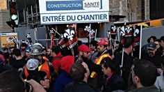 Un groupe de manifestants dénonçant les politiques d'austérité du gouvernement du Québec  ont bloqué durant quelques minutes, dès 6 h,  l'accès au chantier de construction du CHUM au centre-ville de Montréal.