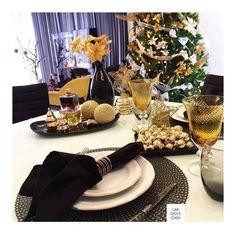 O natal também pode ser preto com toque de dourado... #natallardocecasa #natalmesahits_estrelas #mogidascruzes #mesahits #mesadenatal #xmas #natal #mesaposta #lardocecasa #lardocemesa