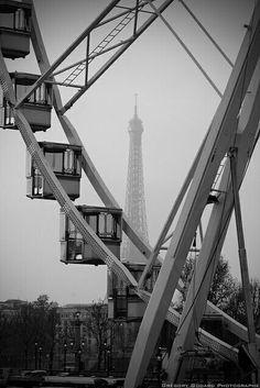 Roda Gigante de Paris e Torre Eiffel ao fundo - França