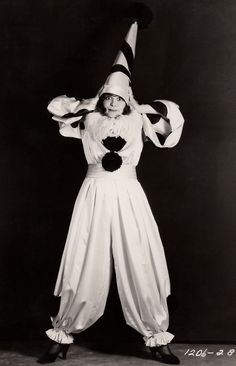 Clowning Around ☆ Clara Bow ☆ Vintage linen-backed photograph ☆ Dangerous Curves ☆ Clown Costume Women, Halloween Costumes, Halloween 2020, Vintage Clown, Vintage Halloween, Vintage Costumes, Hijab Fashion Inspiration, Style Inspiration, Vintage Photographs