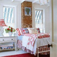 Granja moderna en Illinois decorado en rojo, blanco y azul a través de Better Homes and Gardens revistas