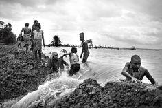 """1/3 {English Below} #Photo: Jordi Pizarro (@jordi_pizarro)  En seulement 4 décennies #Ghoramara a perdu 75% de sa surface. Les 5000 habitants s'efforcent de protéger ce qu'il en reste et se préparent au pire. Leurs efforts sont plus guidés par le #cœur que par l'idée de sauver leur mode de vie dans l'écosystème le plus vulnérable au monde aux changements climatiques. Les derniers rapports annoncent la disparition probable de l'île dans les six à huit prochaines années. """" - In only four…"""