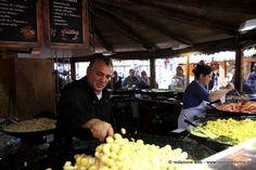 Al #mercatino di #Natale #francese a #Torino è possibile trovare anche due chalet dedicati alla degustazione di piatti caldi come tartiflette, bourguignon e cassoulet