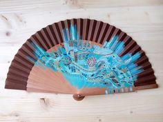 Abanico de madera de peral y tela de algodón color marrón pintado a mano con diseño Filigrana de flores / Hand painted spanish fan / Hand fan / Brown
