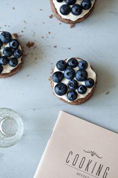 Chocolate and Blueberry Mini Cakes . Little Upside Down Cake . Baking Recipes, Cake Recipes, Dessert Recipes, Cupcakes, Cupcake Cakes, Mini Desserts, Just Desserts, Foto Pastel, Cake Photography