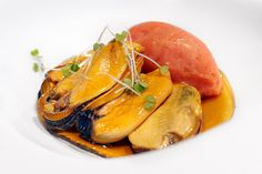 Mejillones sobre una crema de anchoas en salazon y vermouth preparado. Restaurante Aizian. Bilbao.  © Inaki Caperochipi Photography