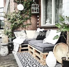 Love this for a big deck easy to bring cushions and pillows out - Balkon - Balcony Furniture Design Balcony Furniture, Pallet Furniture, Outdoor Furniture Sets, Small Balcony Decor, Small Patio, Apartment Balcony Decorating, Porch Decorating, Apartment Porch, Outdoor Spaces