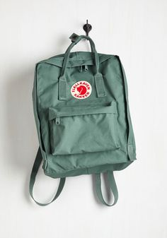 Wherever your journeys take you, travel stylishly with this sleek and unique backpack by Fjällräven! In a viridian green hue, this bag's sturdy, lightweight material can stand up to the day-to-day grind, while adjustable straps make it easy to tote around town or hiking through the woods.