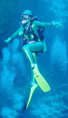 tauchende Frau in sexy Tauchanzug 💚♥ Diving Suit, Scuba Diving Gear, Scuba Wetsuit, Mermaid Cove, Scuba Girl, Womens Wetsuit, Underwater Photos, Snorkeling, Surfing