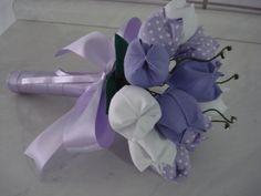 Lindo! Pikita vai amar!   Buque de tulipas de tecido e folhas de feltro, com laço em cetim e brilho no meio das tulipas.    Pode ser feito de várias cores. R$ 30,00