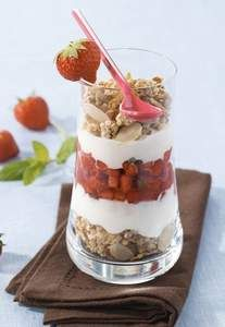 Coppette fragole, yogurt, cereali e cioccolato