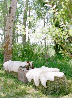 Pic-nic på höbalar med vita lammskinn på.