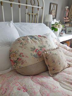Shabby Chic Cottage, Cozy Cottage, Shabby Chic Style, Cottage Style, Bedroom Bed, Bedroom Decor, Bedroom Interiors, Pink Bedrooms, Cottage Bedrooms