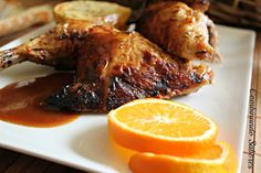 POLLO AL HORNO a la naranja 1 º macerar pollo troceado con zumo de naranja, miel, soja, Aceite, hierbas,pimenton dulce y pimienta 2 º horno 30 Minutos Cada Cara. 3 º reducir liquido macerar y echarlo CUANDO queden 10 Minutos de horno en el pollo. exquisito