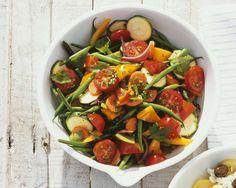 Mediterraner Gemüsesalat | http://eatsmarter.de/rezepte/mediterraner-gemuesesalat-0