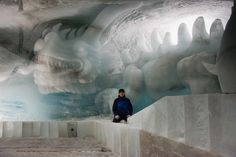 Eisdrache, Glücksdrache, aus Gletschereis. Länge ca. 10m mit Eiskünstler Fredi Odermatt. #Eisskulpturen #Eisfiguren #Mittelallalin #Eispavillon #Saas-Fee #icesculptures  www.eisskulpturen.ch