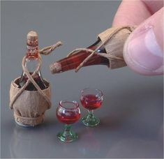 Chianti Bottle with Glasses, by Reutter Porzellan Mini Kitchen, Miniature Kitchen, Miniature Crafts, Miniature Food, Miniature Dolls, Dollhouse Dolls, Dollhouse Miniatures, Dollhouse Ideas, Vintage Dollhouse