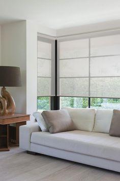 De rolgordijnen collectie van Onel Windowdressings is zeer breed. De grote keuze in doek soorten en afwerking opties maakt het een zeer veelzijdig toepasbaar product. Van transparant tot volledig verduisterend, kettingbediening of elektrisch, de keuze is aan u. Daarnaast hebben wij ook speciaal zonwerende doeken die het zonlicht en de warmte in huis kunnen reduceren. Meer info: www.onelwindowdressings.nl Tags: #rolgordijnen #rollerblinds #screens #raambekleding #onel #onelwindowdressings
