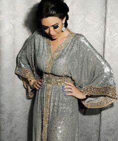Image de arabic, dress, and caftan Morrocan Dress, Moroccan Caftan, Kaftan Abaya, Caftan Dress, Abaya Style, Abaya Mode, Arabic Dress, Hijab Stile, Oriental Dress