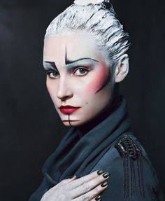 100 Avant-Garde Makeup Looks - From Parrot-Like Beauty Looks to Stenciled Cosmetic Captures (TOPLIST)