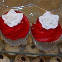 wedding cupcakes red and white White Cupcakes, Wedding Cupcakes, Sugar Art, Frosting, Catering, Red And White, Vanilla, Chocolate, Party