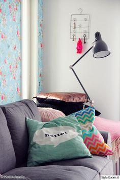 Vaikka tyynyjen värimaailma on pastellinen, ei kokonaisuus jää liian hempeäksi.  #styleroom #inspiroivakoti #pastels #sisustustyyny #sohvatyynyt Täällä asuu: kotikolmelle Comfort Zone, Ikea, Sweet Home, Throw Pillows, Lifestyle, Homes, Pillow Fight, Toss Pillows, Houses