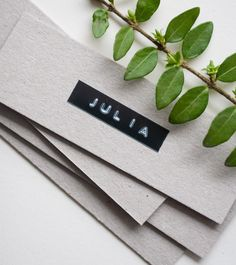 Schlichte und moderne Platzkarten Simple and modern place cards for the wedding. Labeled with a simple gray cardboard and the Dymo, a little Greenery and the name cards are ready for the wedding table. Modern Wedding Theme, Wedding Themes, Dymo Label, Wedding Labels, Wedding Crafts, Wedding Place Cards, Name Cards, Unique Weddings, Hand Lettering