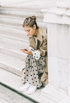 Trenchcoat | Camel | Polka dot | Streetstyle | More on Fashionchick.nl