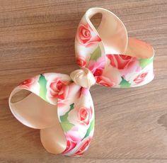 Lindo laço em gorgurão importado, estampa de flores, muito lindo, acabamento perfeito. 12x8 cm aproximadamente. Feito no bico de pato.