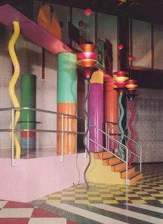 Peter Shire-designed columns and light pedestals Interior Architecture, Interior And Exterior, Interior Design, Interior Decorating, Decorating Ideas, Peter Shire, Light Grid, Memphis Milano, 1980s Design