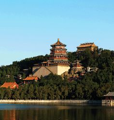 This landscapes and many buildings in the Summer Palace were arranged according to traditional principles of Chinese garden design. It has an overall sense of harmony, with the many different elements of water, hills, trees, temples, walkways and palace buildings to create an impression of completeness. The palace served as a mark of the wealth and taste of the Manchu rulers. Chinese Places, China People, Summer Palace, Adventure Bucket List, Chinese Garden, Beijing China, Walkways, Palaces, Temples