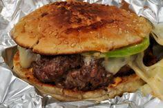 Prepareremo un hamburger artigianale usando il 100% di carne bovina di razza piemontese o Fassone e ingredienti del nostro territorio, con una piccola licenza sulla salsa aioli di accompagnamento.