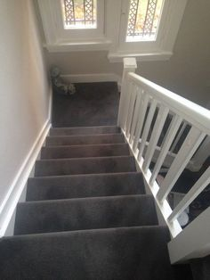 Carpet Runners For Stairs Uk Grey Carpet Living Room, Stairs In Living Room, Bedroom Carpet, Stairway Carpet, Carpet Stairs, Dark Grey Carpet, Stair Renovation, Carpet Decor, Carpet Ideas