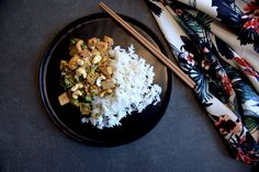 This vegan and glutenfree dish is done in under 30 minutes! It is easy, delicious and full of flavours. Fried Broccoli, Tofu Stir Fry, Oyster Sauce, Oysters, Glutenfree, Fries, Yummy Food, Vegan, Dishes