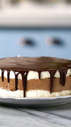 Quer impressionar as visitas com a louça nova? Serve essa torta de sorvete e bombons acompanhando um bom café.