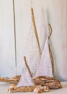 DIY Barcos con madera a la deriva y crochet / Driftwood and crochet sailboats Diy Driftwood Projects, Driftwood Art, Driftwood Furniture, Crochet Designs, Crochet Projects, Craft Projects, Luxe Decor, Latest Design Trends, Arts And Crafts