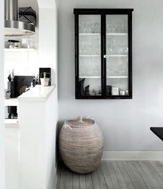 9 gode grunde til at få et vitrineskab Kitchen Furniture, Furniture Design, Minimal Home, Nordic Home, Interior Decorating, Interior Design, Built In Cabinets, Farmhouse Design, Interior Inspiration