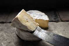 Queijo Camembert - Um dos melhores queijos do mundo pode entrar em extinção  Ele é onipresente no conjunto de queijos e bolachas dos EUA e é o segundo queijo mais popular vendido nos mercados franceses