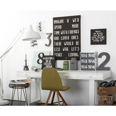 desk - sidetable - typografie - interieur - wit