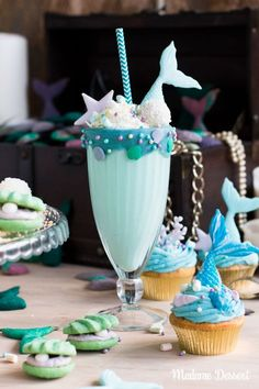 Ozean-blauer Meerjungfrauen Milchshake mit Tiefsee-Topping Ocean Blue Milkshake with deep-sea topping – and perfect for that Party Themed or Arielle Fans Suitable Ocean Birthday Cakes, Mermaid Birthday, Girl Birthday, Dessert Party, Wine Party Appetizers, Birthday Party Decorations, Birthday Parties, Refreshing Summer Cocktails, Homemade Liquor