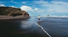 Karekare, bela e tranquila, na costa norte da Nova Zelândia.