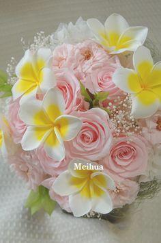 プルメリア、バラ、かすみ草のブーケ風花束