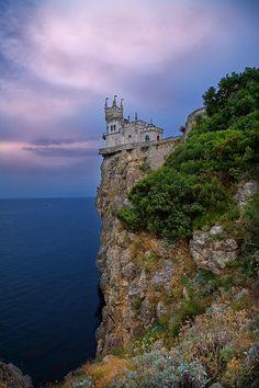 Castillo en la cima junto al mar